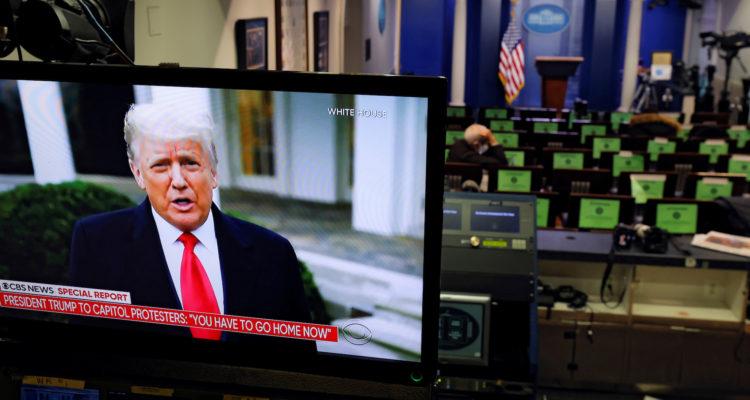 El president dels Estats Units, Donald Trump, fent declaracions en un monitor de televisió des de la sala d'informació de la Casa Blanca, després de l'assalt dels seus partidaris al Capitoli, a Washington. Foto: Carlos Barria / Reuters.