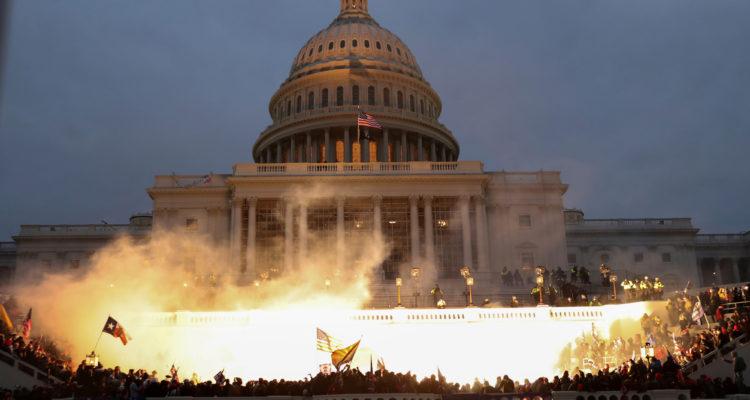 Explosió causada per una munició policial mentre els partidaris del president dels Estats Units, Donald Trump, es reunien davant l'edifici del Capitoli dels Estats Units, dimecres. Foto: Leah Millis / Reuters.