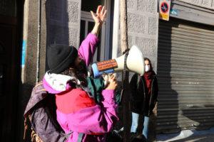 Una membre del Sindicat de Llogaters fent una crida a la mobilització per aturar un desnonament a l'Hospitalet de Llobregat, al gener. Foto: Gemma Sànchez / ACN.