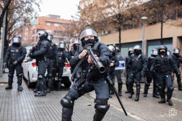 Un agent de la BRIMO de Mossos llança una salva contra un fotoperiodista, diumenge a Salt, on s'hi feia un acte de Vox. Foto: Joan Gálvez.