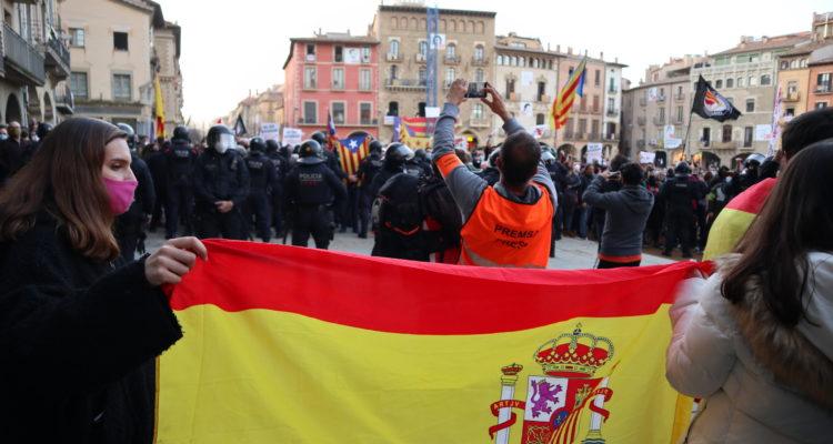 L'acte electoral de Vox a Vic, diumenge passat, va ser contrarestat amb una nombrosa manifestació antifeixista, amb una elevada presència policial. Foto: Josep Comajoan (cedida).