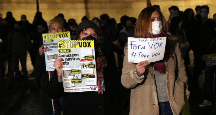 Un centenar de persones es manifesten a la plaça Sant Jaume de Barcelona, dilluns, contra l'entrada de Vox al Parlament de Catalunya. Foto: Miquel Codolar / ACN.