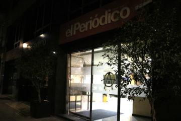 Els vidres de la porta de la redacció d''El Periódico' esbotzats dijous, en la tercera nit d'aldarulls a Barcelona per l'empresonament de Pablo Hasel. Foto: Laura Fíguls / ACN.