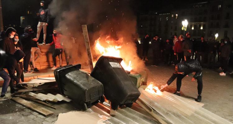 Un contenidor cremant al Pont de Pedra de Girona, divendres. Foto: Aleix Freixas / ACN.