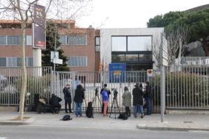 Periodistes esperen a l'entrada de les oficines del Barça al Camp Nou durant el registre dels Mossos d'Esquadra pel cas BarçaGate, l'1 de març de 2021. Foto: Miquel Codolar / ACN.