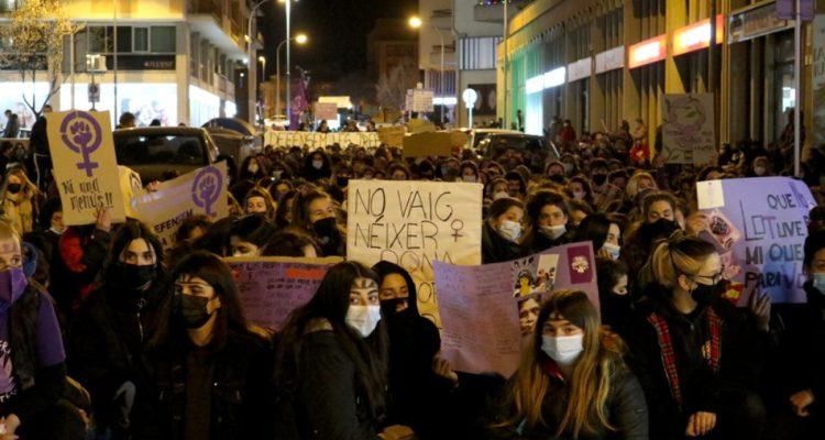 Manifestació feminista a Vic, el 8 de març de 2021. Foto: Sara Blàzquez / Setembre.