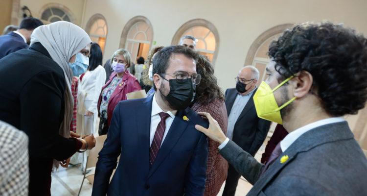 El diputat de JxCat Damià Calvet saluda el candidat d'ERC Pere Aragonès, al final del primer debat d'investidura al Parlament de Catalunya, divendres. Foto: Job Vermeulen / ACN.