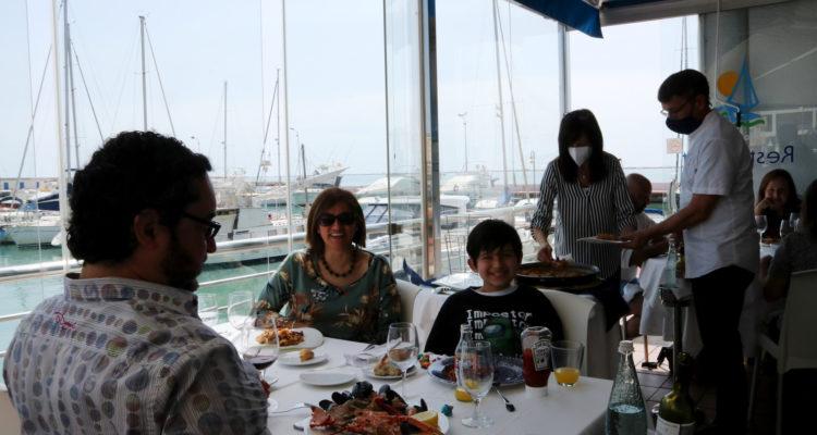 Una família dinant en un dels restaurants de la zona marítima de l'Ampolla durant la Setmana Santa passada. Foto: Mar Rovira / ACN.