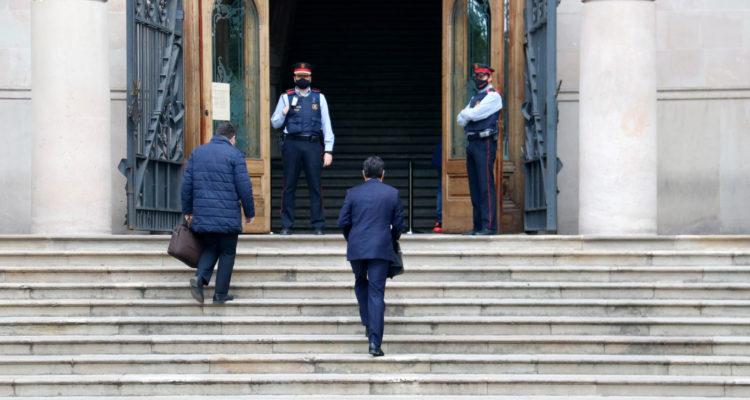 L'advocat de la víctima de la violació múltiple a Sabadell, Jorge Albertini, entrant a l'Audiència de Barcelona, on se celebra el judici. Foto: Blanca Blay / ACN.