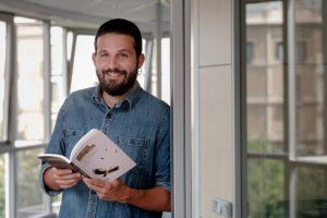 El periodista Andreu Merino, amb el seu llibre 'La ciutat sense veïns'. Foto: Adrià Costa / Nació Digital (cedida).