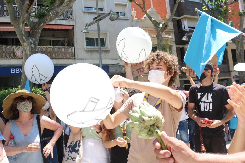 Participants en la manifestació contra l'ARE Sud i l'ampliació de l'aeroport al Prat de Llobregat, el 12 de juny de 2021. Foto: Albert Segura Lorrio / ACN.