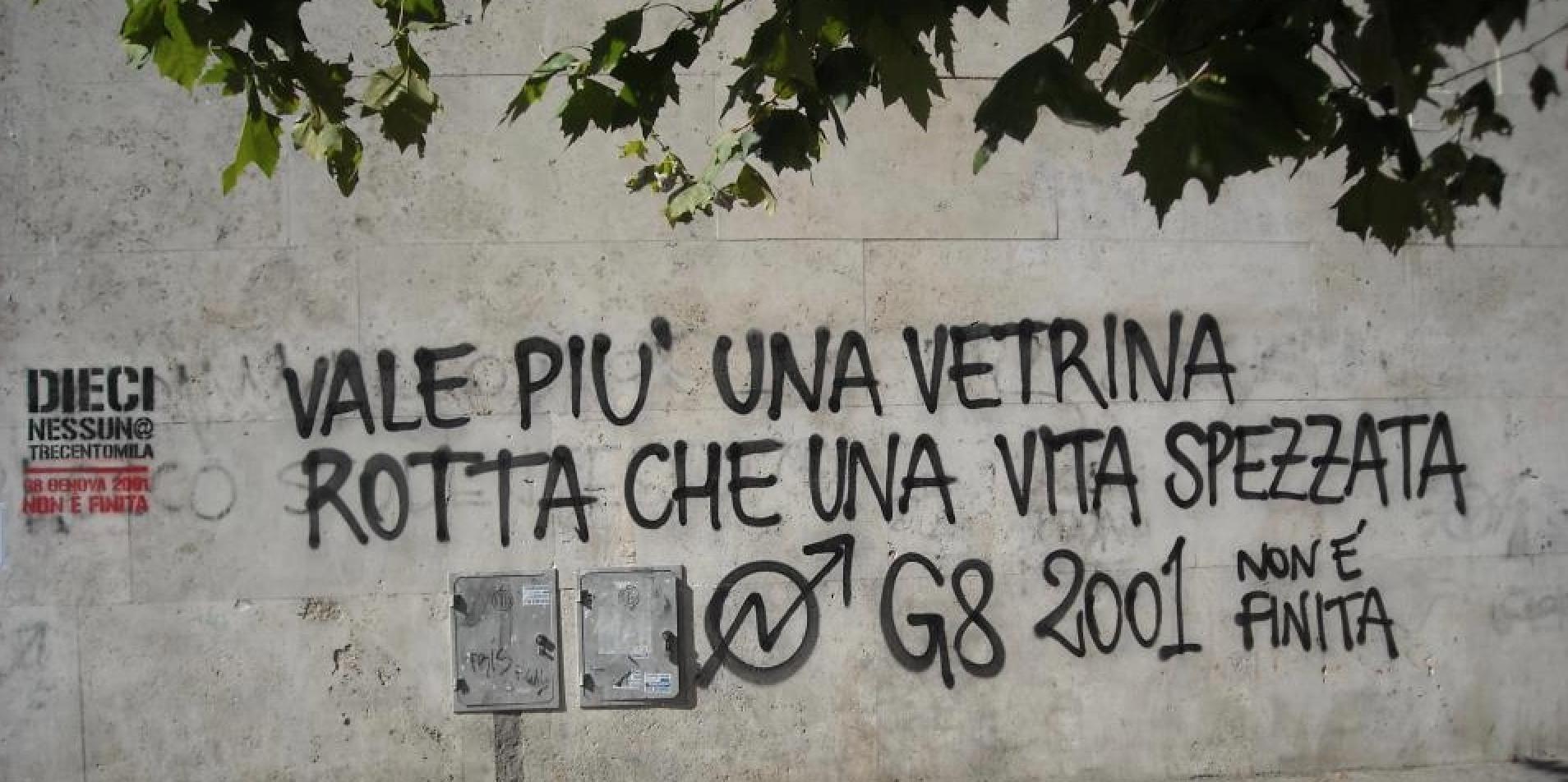 """""""Val més un aparador rebentat que una vida trencada/ G8 2001 no ha acabat"""". Foto: Víctor Serri."""