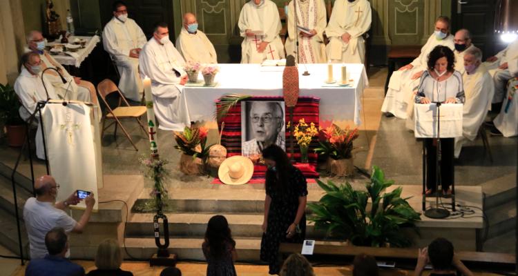 La família de Pere Casaldàliga en la missa a Balsareny per acomiadar-lo. Foto: Laura Fíguls / ACN
