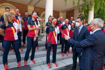 Pedro Sánchez amb els esportistes olímpics. Foto: CC Moncloa.