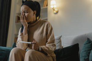 Una dona preocupada després de veure el resultat d'un test d'embaràs. Foto: Tima Miroshnichenko / Pexels.