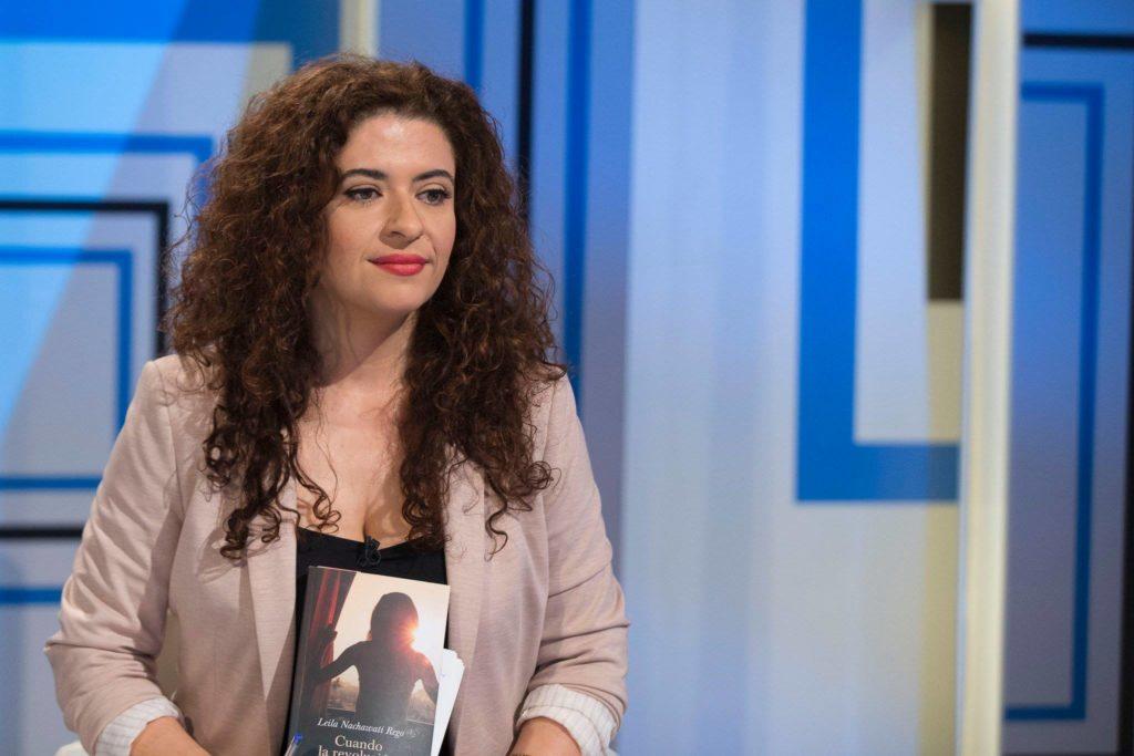 La professora Leila Nachawati, amb un exemplar de la seva novel·la 'Cuando la revolución termine'. Foto: cedida.