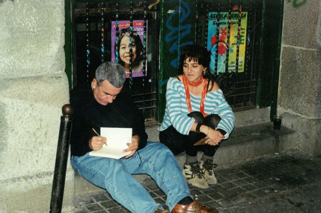 Pepe Rei davant del centre social okupat L'Hamsa del barri de Sants de Barcelona després d'una xerrada a principis del 2000. Foto: Arxiu / Directa.