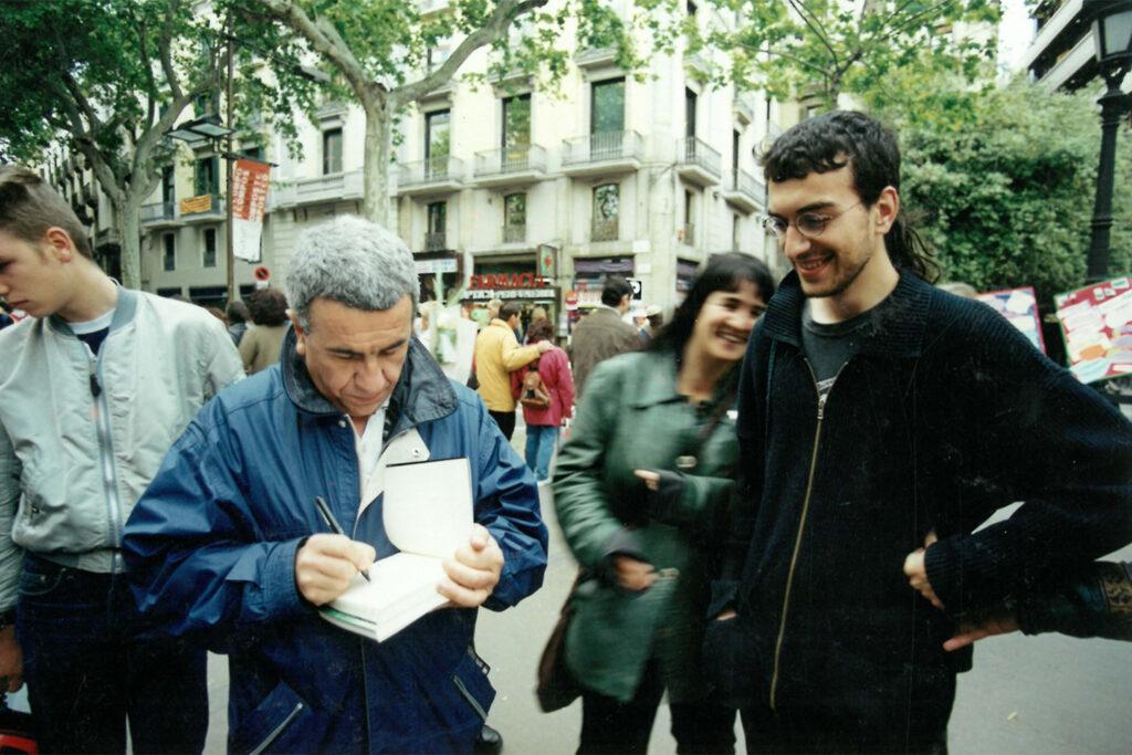 Pepe Rei signant llibres el Sant Jordi de l'any 2002 a Barcelona. Foto: Arxiu / Directa.