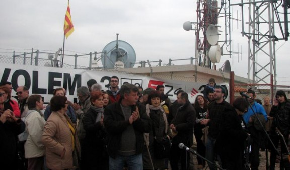 Protesta davant el repetidor de TV3 a la serra de Perenxisa per demanar que no s'aturessin les emissions de la televisió pública catalana. Arxiu ACN