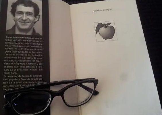 El llibre 'Cuídate compa. Manual para la autogestión de la salud', d'Eneko Landaburu. Foto: Berta W.