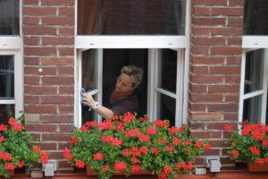 dona neteja finestra casa