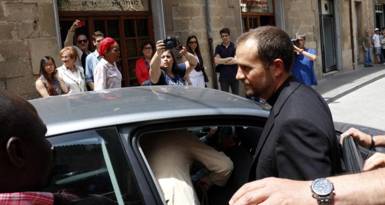 El bisbe de Solsona, Xavier Novell, entrant en un cotxe a la sortida de l'església de Tàrrega, l'any 2017. Foto: ACN, Oriol Bosch
