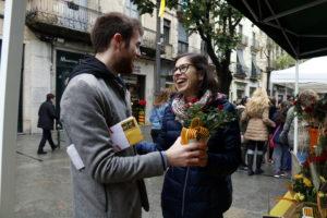 Un noi regala roses a la seva parella, el dia de Sant Jordi de 2019 a Girona. Foto: Lourdes Casademont / ACN: