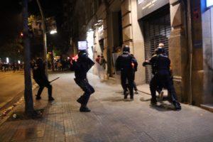 Mossos d'Esquadra durant una càrrega en el marc d'una protesta contra la sentència de l'1-O el 17 d'octubre del 2019 a Girona. Foto: ACN. Gemma Tubert.