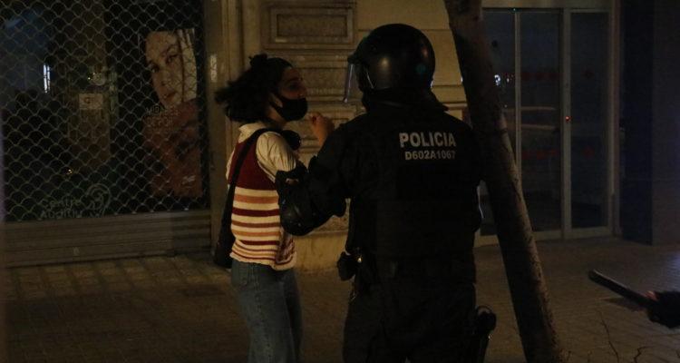 Mosso d'esquadra agafa pel braç una manifestant el tercer aniversari de l'1-O a Barcelona. Foto: Blanca Blay / ACN