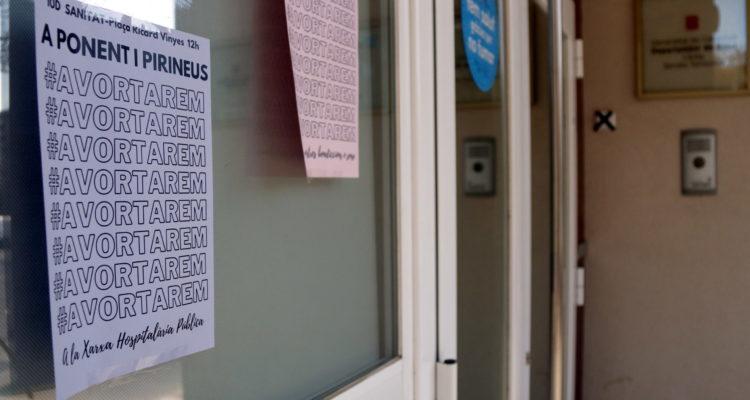 Un paper reivindicant el dret a l'avortament a l'exterior d'un centre de salut. Foto: ACN, Anna Berga