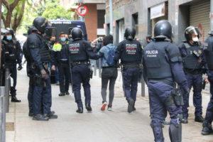 Els Mossos retiren un activista durant el desnonament d'una dona a Barcelona. Foto: ACN. Miquel Codolar