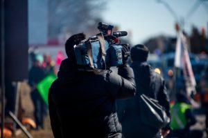 Un càmera gravant a l'aire lliure. Foto: Unsplahs. Jovaughn Stephens